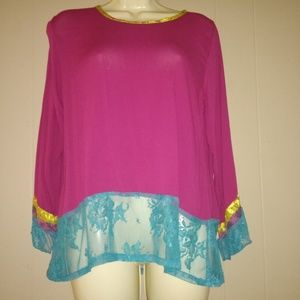 BLOUSE WITH LACE ON THE SLEEVE AND ON THE BOTTOM.